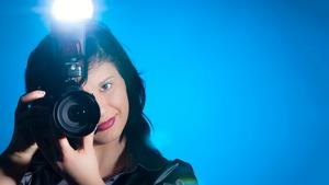 Blitz-Fotografie: Systemblitz auf der Kamera